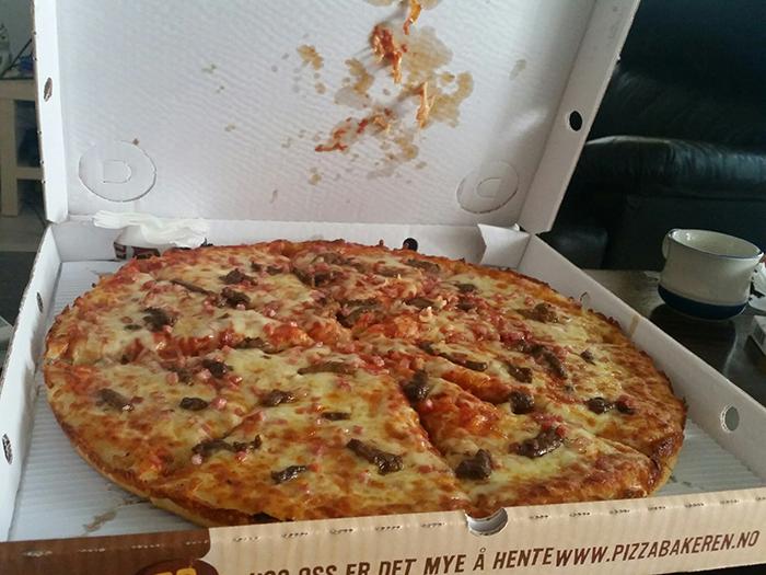 Это Светик недавно прислала фотку =) Обычная пицца, но большущая...